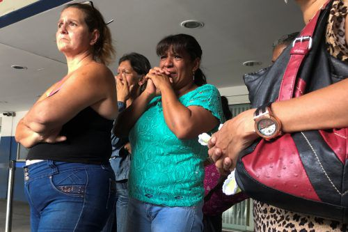 Verwandte der Opfer hoffen im Krankenhaus auf gute Nachrichten. Reuters