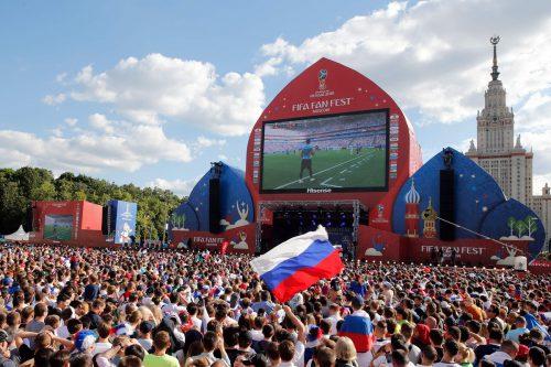 Während des Spiels zwischen Gastgeber Russland und Uruguay strömten insgesamt knapp 500.000 Fans auf die Fan-Meilen im ganzen Land. Kein anderes Spiel löste bis dato einen größeren Hype aus.afp