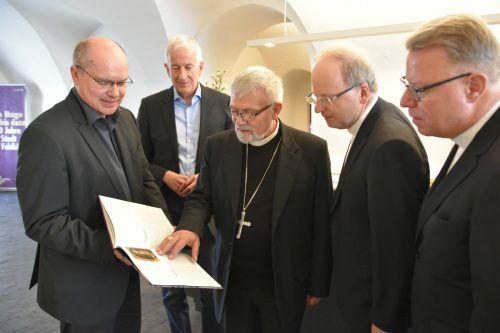 Weihbischof Adolfo Bittschi (M.) bei der Führung durch die Ausstellung. Stadt