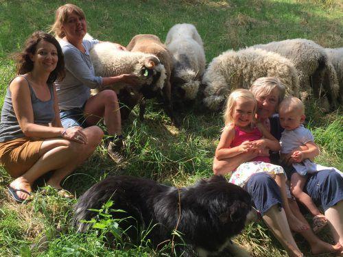 Wieder glücklich vereint (v. l.): Andrea Petermann, Claudia Natter, Hund Barry, Töchterchen Livia, Oma Ilga, die kleine Rosa und ihre wollige Herde. VN/Gs