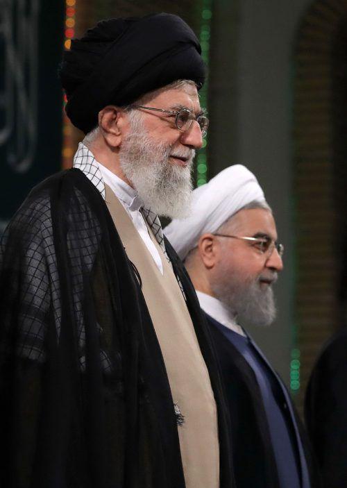Ajatollah Ali Chamenei (l.) will von Hassan Ruhani eine Änderung im Kabinett. afp