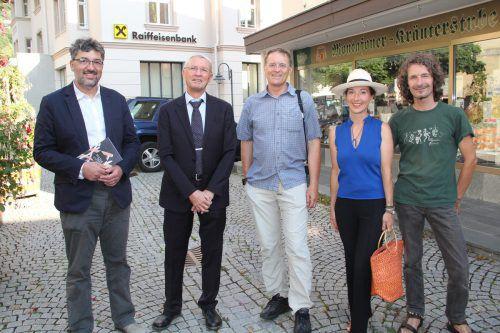 Alle teilnehmenden Kulturinitiativen waren zur Eröffnung erschienen und genossen den lauen Sommerabend. STR