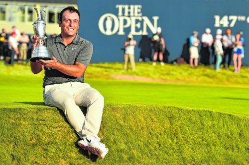 """Als erster Italiener holt Francesco Molinari den """"Claret Cup"""", die Trophäe für den Sieger bei den British Open der Golfprofis.ap"""