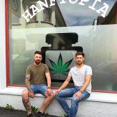 Junge Kerle und Hanf-Shop