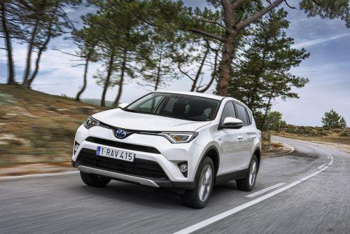 An der Spitze der weltweiten SUV-Bestsellerliste gibt es einen engen Zweikampf. Nach fünf Monaten liegt der Toyota RAV4 mit 335.076 Neuzulassungen knapp vor dem 331.334-mal verkauften VW Tiguan. Der Honda CR-V, im Vorjahr noch klar vor dem VW auf Rang zwei in der Wertung, liegt bereits abgeschlagen auf dem dritten Platz (276.704 Fahrzeuge).