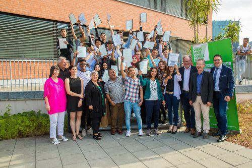 An der Volkshochschule Götzis nahmen 26 Absolventen ihre Zeugnisse zum Pflichtschulabschluss entgegen. 79 Prozent haben einen Migrationshintergrund. VN/Steurer