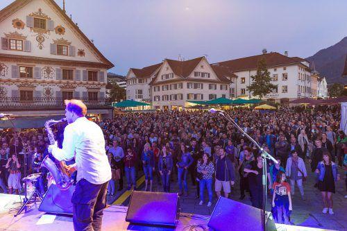 An drei Abenden hintereinander spielen Livebands bei freiem Eintritt auf dem Marktplatz. Stadt