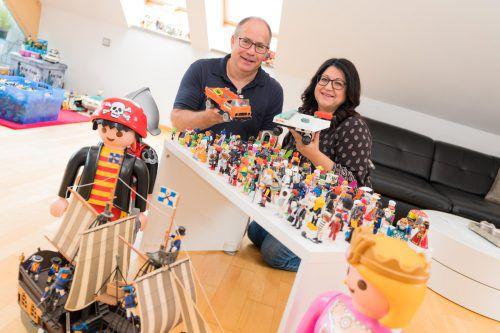 Andrea und Marcel Butterweck begeben sich immer wieder auf die Jagd nach ausgefallenen Playmobil-Figuren, fehlenden Einzelteilen und seltenen Stücken. VN/Stip