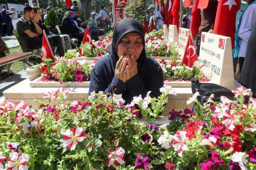 Angehörige besuchten am Sonntag die Gräber der Opfer des Putschversuchs.AFP