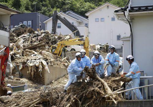 Aufräumarbeiten unter Hochdruck, um die Versorgung mit Hilfsgütern zu starten. AP
