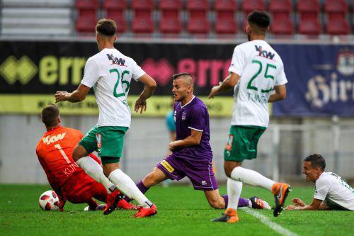 Austria-Keeper Kevin Kunz klärt in dieser Szene vor Klagenfurt-Stürmer Volkan Akyildiz. Die Lustenauer Verteidiger Darijo Grujcic (links) und Firat Tuncer können nicht mehr eingreifen.gepa