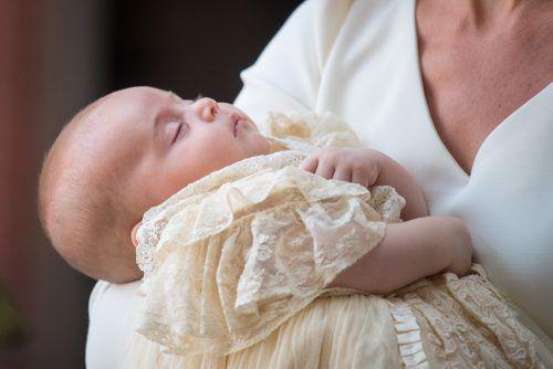 Bei dem Taufkleid handelt sich um eine Replik eines Kleides aus dem Jahr 1841, das Königin Victoria einst für ihre älteste Tochter schneidern ließ.