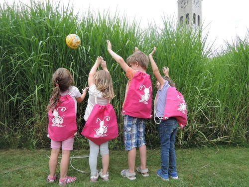 Bei den jungen Walkern im Rheindorf war die Freude über den Turnbeutel groß. Gemeinde