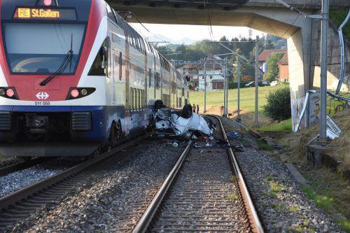 Bei der Kollision mit dem Pkw blieben die Zuginsassen unverletzt. kapo