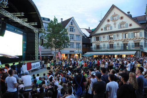 Beim Public Viewing in der Dornbirner Innenstadt fiebern die Fans gemeinsam mit den besten Teams des Turniers mit. VN/Lerch