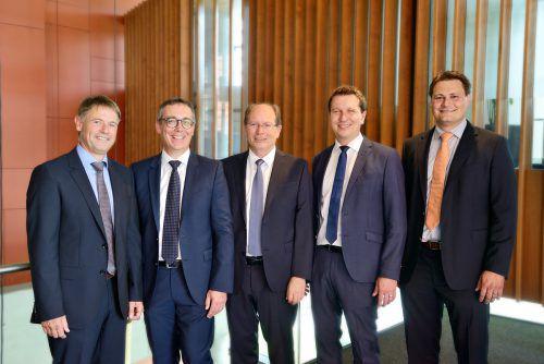 Bilden seit 1. Juli 2018 die Blum-Geschäftsleitung (v. r.): die drei Geschäftsführer Martin Blum, Philipp Blum und Gerhard E. Blum mit Gerhard Humpeler und Urs Bolter. Blum