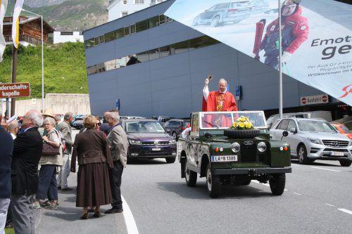 """""""Bischof Benno goes Papst"""" hieß es bei der traditionellen Autoweihe in St. Christoph am Arlberg. E.Zangerl"""