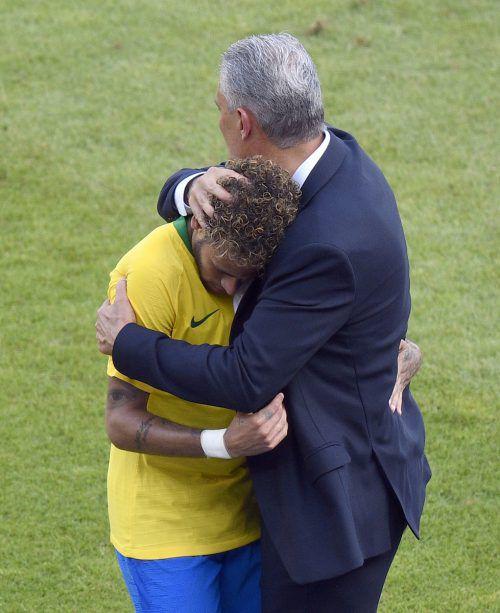Brasiliens Fußball-Teamchef Tite tröstet seinen Superstar Neymar.???
