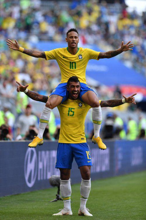 Brasiliens Matchwinner Neymar (ein Tor, ein Assist) lässt sich auf den Schultern von Paulinho feiern.afp