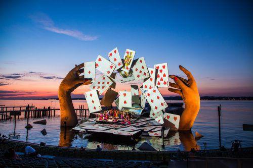 Bühnenbildnerin Es Devlin bildet mit den zwei aus dem Bodensee ragenden Riesenhänden und den überdimensionalen Spielkarten jenen Moment ab, in dem sich das Schicksal von Carmen entscheidet.vn/steurer