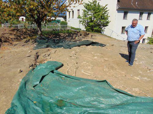 Bürgermeister Karl Wutschitz beim Lokalaugenschein. Nach Angaben des Gemeindechefs wird der Baustopp rund neun Wochen dauern. Michael Mäser