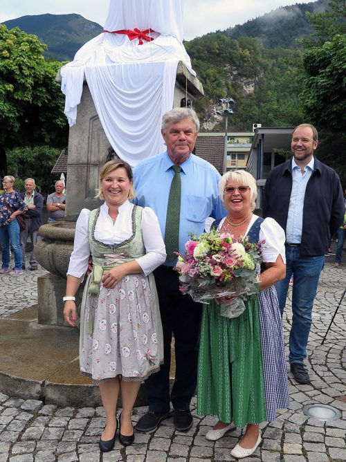 Bürgermeister Katzenmayer mit Gh.-Riedmiller-Chefin und Senior-Chefin. stadt (2)