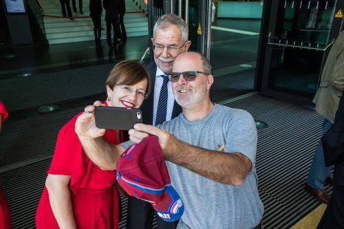 Bundespräsident Alexander Van der Bellen und seine Gattin Doris Schmidauer nahmen sich Zeit für Selfies mit den Festspielgästen.