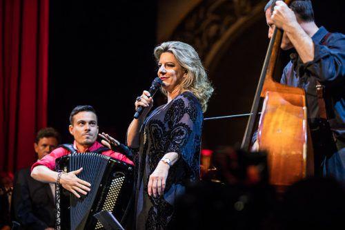 Christiane Boesiger mit dem Musiker Christian Bakanic vom Ensemble folksmilch, mit dem sie am Samstag bei den Festspielen auftritt. VN/Steurer