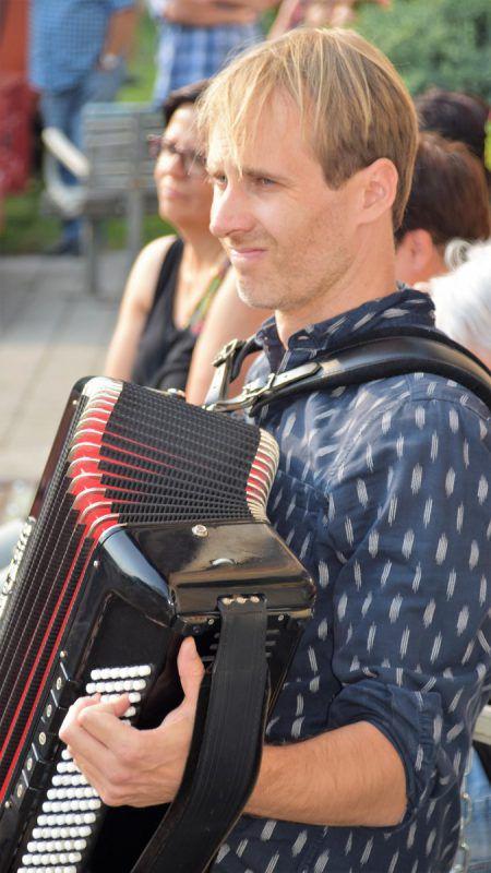 Christoph Dobberstein begleitet das Stück am Akkordeon.
