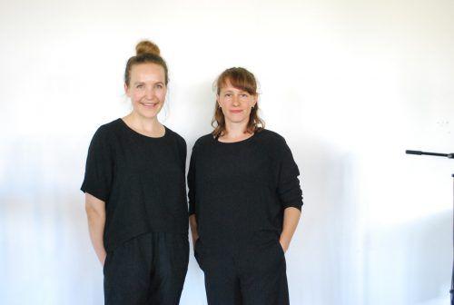 Daniela Fetz (links) und Selina Reiterer denken in ihrer Installation auf der Art Bodensee Stickerei neu. erh