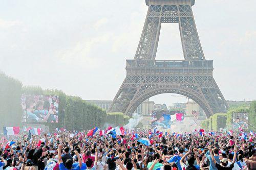 Das größte Fanfest erlebte die französische Hauptstadt Paris. Rund um den Eiffelturm waren rund 90.000 Fans, die ihren Fußballhelden zujubelten.afp