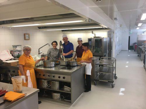 Das Küchenteam des Antoniushauses bereitet ab September noch mehr Mahlzeiten für Feldkircher Kinderbetreuungseinrichtungen zu. VN/Schweigkofler