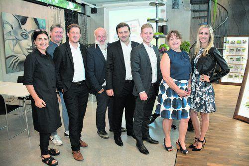 Das REMAX-Team: Cornelia Götze, Lothar Mennel, Philipp Huber, Reinhard Götze, Matthias Hagen, Pascal Knöpfler, Elisabeth Lampert und Nadine Telian.foto: RE/MAX