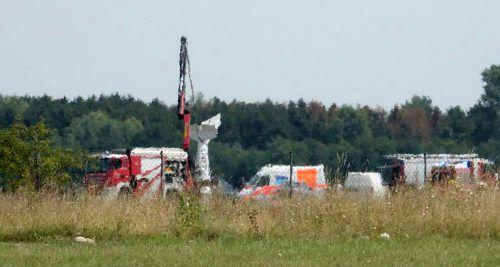 Das Sportflugzeug hat sich neben der Landebahn in die Wiese gebohrt. APA