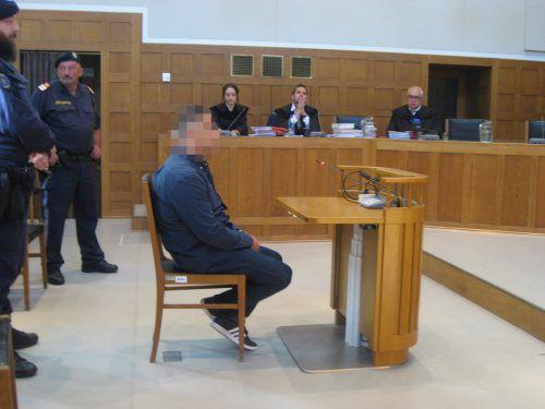 Dem Angeklagten flossen während seiner Einvernahme vor Gericht immer wieder Tränen aus den Augen. eckert