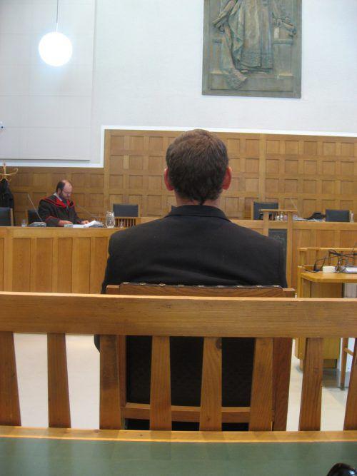 Der 27-Jährige auf der Anklagebank im Schwurgerichtssaal. Eckert
