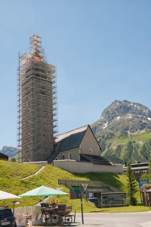 Der 33 Meter hohe Lecher Kirchturm ist derzeit eingerüstet und wird saniert.