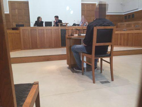 Der Angeklagte vor dem Vorsitzenden Richter Martin Mitteregger (Mi.). Die Beweise gegen ihn erweisen sich als nicht ausreichend. VN/sohm