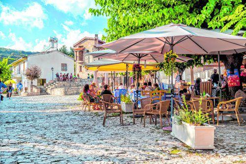 Der Dorfplatz von Omodos ist ein beliebter Treffpunkt.shutterstock