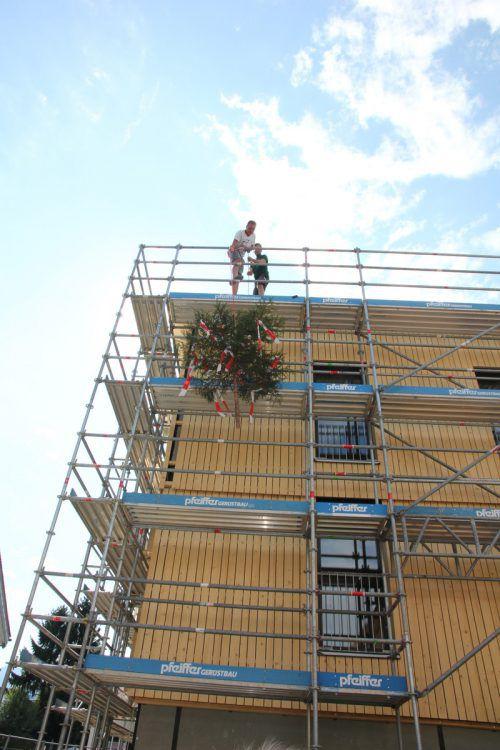 Der Firstbaum wurde auf das Dach der Wohnanlage gehievt. rhomberg bau