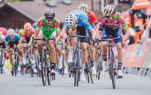 Der Italiener Giovanni Visconti (r.) entschied den Sprint um den Tagessieg in Prägraten vor Wout Van Aert und Michael Bresciani (l.) für sich.apa