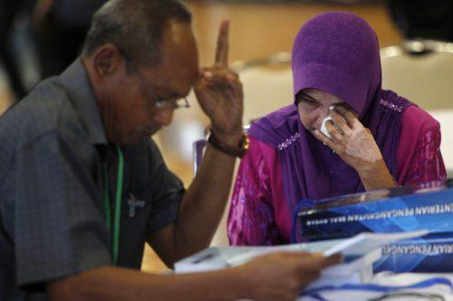 Der neueste Bericht bringt den Angehörigen der vermissten Fluggäste wieder keine Antworten auf viele offene Fragen. Sie fordern eine Wiederaufnahme der Suche. AP