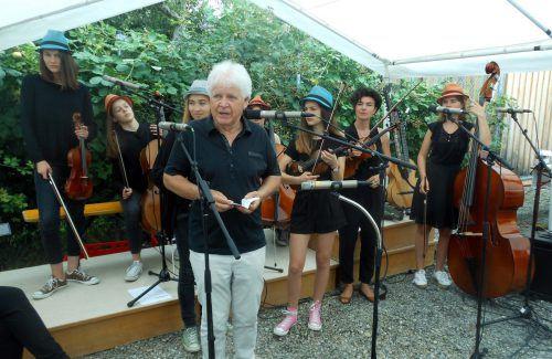 """Der Obmann des Freundeskreises, Kurt Mathis, mit den jungen Musikerinnen von der Streicher-Formation """"Messis Cellogruppe"""".fst"""
