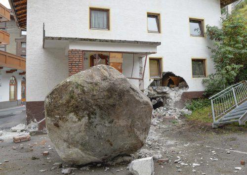 Der riesige Felsbrocken schlug im Eingangsbereich eines leer stehenden Hauses ein. APA