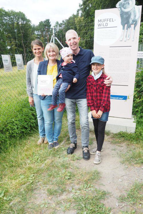 Der Übergabe wohnten Christine, Annemarie, Helmut, Lorina und Mariella Fetzel bei. HE