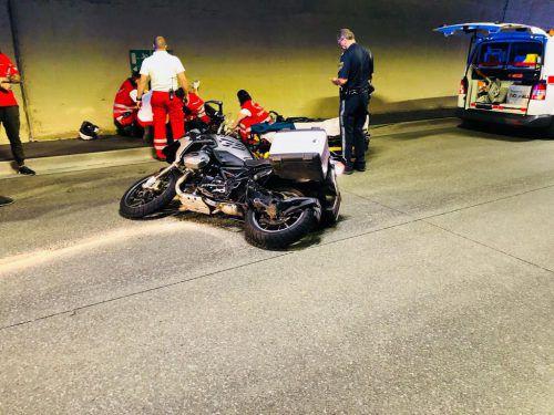 Der verunglückte Motorradfahrer wurde noch am Unfallort erstversorgt. vol.at/Vlach