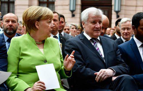 Deutschlands Bundeskanzlerin Angela Merkel (CDU) und Innenminister Horst Seehofer (CSU) ringen seit Tagen. AFP