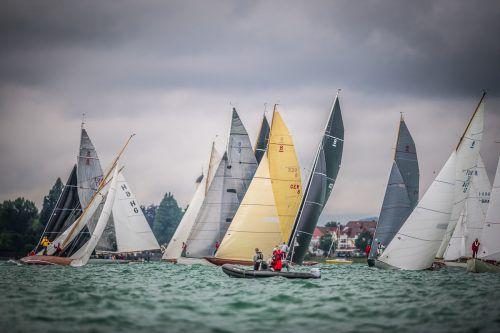 Die 23 Skipper liefern sich bei der Weltmeisterschaft der historischen Acht-Meter-Yachten vor Langenargen packende Duelle.Tobias Störkle