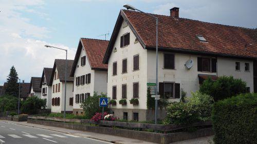 Die Abbrandhäuser aus den 1870er-Jahren prägen den Ortskern und stellen ein wichtiges Element der Gemeindeidentität dar.CEG