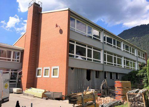 Die Arbeiten am Zubau bei der Volksschule Obdorf wurden gestern in Angriff genommen. VN/js